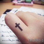 Классный пример выполненной тату крест на пальце – рисунок подойдет для тату крест указательном пальце