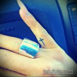 Классный вариант готовой тату крест на пальце – рисунок подойдет для тату виде креста пальце