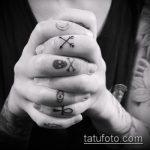 Крутой пример выполненной наколки крест на пальце – рисунок подойдет для тату крест на безымянном пальце