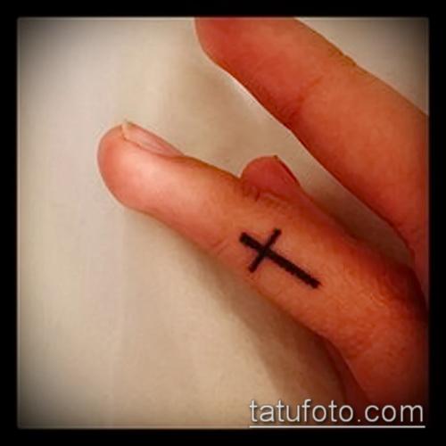 Оригинальный пример выполненной наколки крест на пальце – рисунок подойдет для тату крест указательном пальце