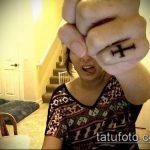 Интересный пример нанесенной тату крест на пальце – рисунок подойдет для тату крест на безымянном пальце