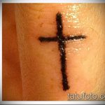 Крутой вариант выполненной татуировки крест на пальце – рисунок подойдет для тату крест пальце левой руки