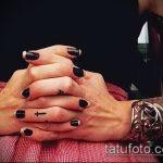 Крутой вариант нанесенной тату крест на пальце – рисунок подойдет для тату крест пальце левой руки