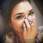 Зачетный вариант выполненной татуировки крест на пальце – рисунок подойдет для тату крест на безымянном пальце