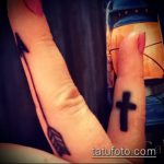Интересный вариант готовой наколки крест на пальце – рисунок подойдет для тату крест на безымянном пальце