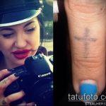 Оригинальный пример выполненной тату крест на пальце – рисунок подойдет для тату крест на безымянном пальце