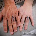 Прикольный вариант существующей татуировки крест на пальце – рисунок подойдет для тату крест пальце левой руки