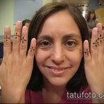 Классный вариант выполненной наколки крест на пальце – рисунок подойдет для тату крест на безымянном пальце