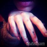 Уникальный пример выполненной татуировки крест на пальце – рисунок подойдет для тату крест на безымянном пальце