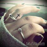 Интересный пример нанесенной тату крест на пальце – рисунок подойдет для тату виде креста пальце