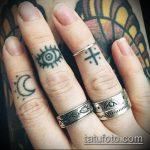 Классный вариант нанесенной наколки крест на пальце – рисунок подойдет для тату крест пальце левой руки
