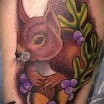 Интересный пример существующей татуировки белка – рисунок подойдет для фото тату белка и стрелка