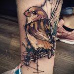 фото тату воробей №88 - достойный вариант рисунка, который успешно можно использовать для переделки и нанесения как тату птица с цветами