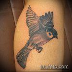 фото тату воробей №11 - классный вариант рисунка, который удачно можно использовать для переработки и нанесения как тату птица с цветами
