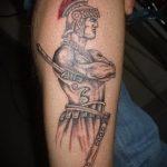 фото тату гладиатор №883 - прикольный вариант рисунка, который удачно можно использовать для переделки и нанесения как тату гладиатор с крыльями