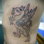 фото тату грифон №5 - интересный вариант рисунка, который удачно можно использовать для переделки и нанесения как тату грифон на ноге
