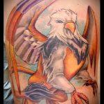 фото тату грифон №874 - крутой вариант рисунка, который хорошо можно использовать для переделки и нанесения как тату грифон на спине