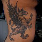 фото тату грифон №224 - достойный вариант рисунка, который хорошо можно использовать для переделки и нанесения как тату грифон с щитом