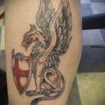 фото тату грифон №703 - крутой вариант рисунка, который успешно можно использовать для переработки и нанесения как тату грифон на предплечье