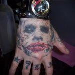 фото тату джокер №287 - эксклюзивный вариант рисунка, который успешно можно использовать для переделки и нанесения как тату джокера на плече