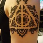 фото тату дары смерти №998 - эксклюзивный вариант рисунка, который легко можно использовать для переделки и нанесения как тату дары смерти на бедре