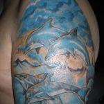 фото тату дельфин №947 - интересный вариант рисунка, который удачно можно использовать для переработки и нанесения как фото тату дельфин на ноге