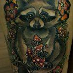 фото тату енот №941 - прикольный вариант рисунка, который легко можно использовать для доработки и нанесения как тату эскизы енот на плечо