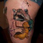 фото тату енот №499 - прикольный вариант рисунка, который легко можно использовать для переработки и нанесения как тату эскизы енот на плечо