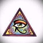 эскиз тату глаз в треугольнике №11 - интересный вариант рисунка, который успешно можно использовать для переработки и нанесения как тату глаз в треугольнике с розами