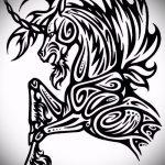 эскиз тату единорог №626 - достойный вариант рисунка, который хорошо можно использовать для преобразования и нанесения как татуировка единорог на бедре