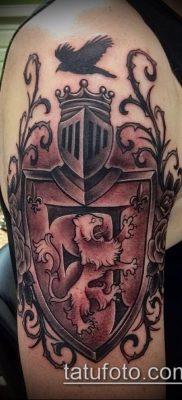 пример тату герб со щитом и шлемом рыцаря