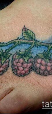 пример интересного варианта татуировки с малинкой – фото
