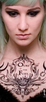 красивый вариант женской тату на груди – фото пример