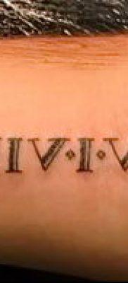 пример римских цифр в татуировке на запястье – фото вариант