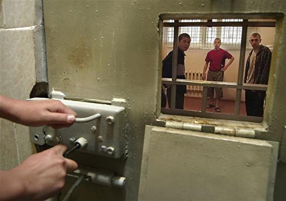 На заключенного ивдельской колонии наложили штраф в одну тысячу рублей за фашистскую татуировку на его теле - фото