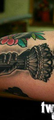 ТАТУИРОВКА ФАКЕЛ №144 – достойный вариант рисунка, который успешно можно использовать для доработки и нанесения как татуировка факел с колючей проволокой