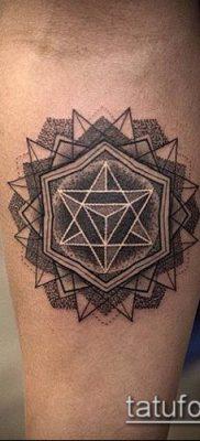 тату геометрические №395 – прикольный вариант рисунка, который удачно можно использовать для преобразования и нанесения как геометрические тату на шее