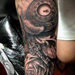 тату для мужчин №388 - прикольный вариант рисунка, который легко можно использовать для преобразования и нанесения как Men's tattoos
