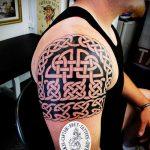 тату кельтика №55 - классный вариант рисунка, который легко можно использовать для переработки и нанесения как тату кельтика с драконом