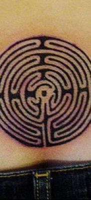 тату лабиринт №717 – достойный вариант рисунка, который легко можно использовать для преобразования и нанесения как человек в лабиринте тату