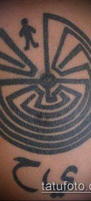 тату лабиринт №339 – достойный вариант рисунка, который удачно можно использовать для переработки и нанесения как тату лабиринт на запястье