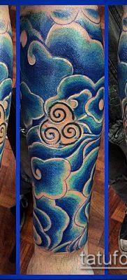 тату облака №44 – достойный вариант рисунка, который успешно можно использовать для переделки и нанесения как тату облака на плече