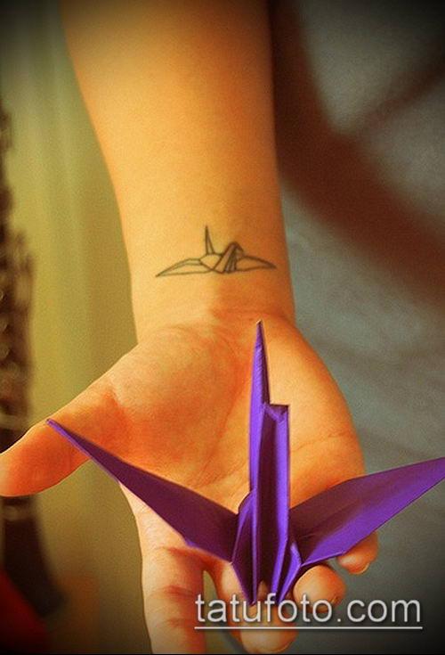 тату оригами №398 - прикольный вариант рисунка, который успешно можно использовать для преобразования и нанесения как тату оригами перо