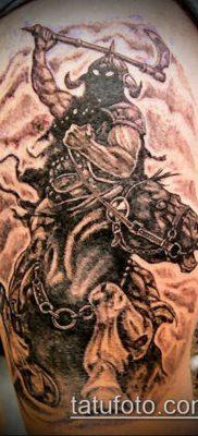 тату рыцарь №647 – достойный вариант рисунка, который удачно можно использовать для преобразования и нанесения как тату рыцарь на ноге