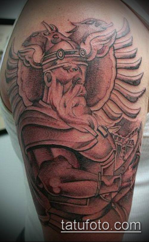 тату рыцарь №984 - прикольный вариант рисунка, который хорошо можно использовать для преобразования и нанесения как тату рыцарей на ноге