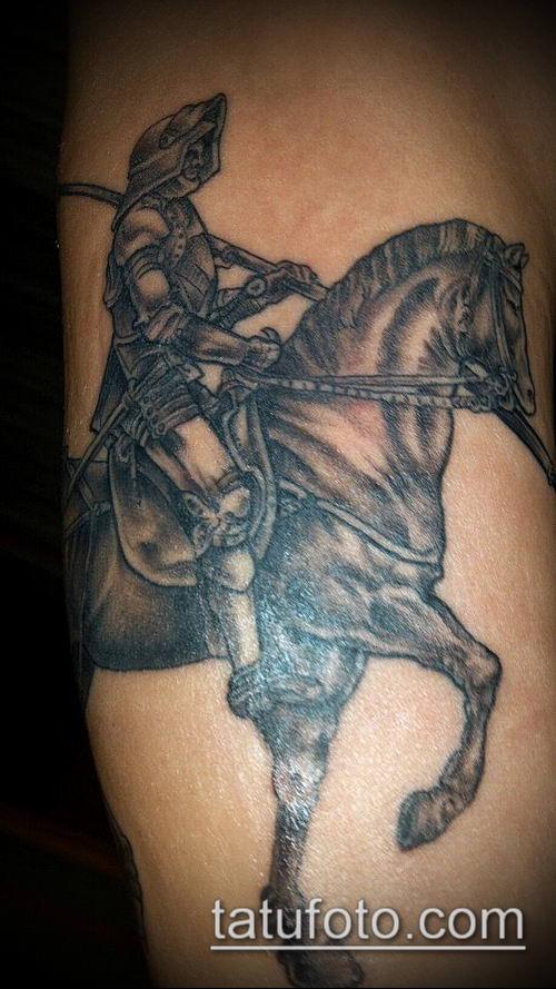 тату рыцарь №52 - крутой вариант рисунка, который легко можно использовать для переработки и нанесения как тату рыцарь лицо