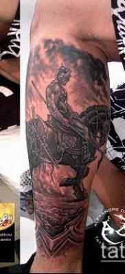 тату рыцарь №137 – прикольный вариант рисунка, который успешно можно использовать для преобразования и нанесения как тату рыцарь на коне