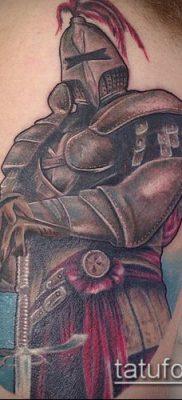 тату рыцарь №240 – достойный вариант рисунка, который хорошо можно использовать для переделки и нанесения как тату рыцарь на колене