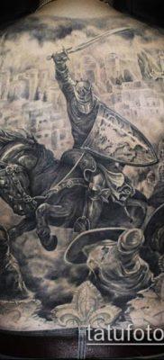тату рыцарь №695 – достойный вариант рисунка, который легко можно использовать для переделки и нанесения как тату рыцарь реализм