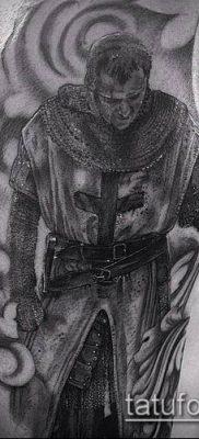 тату рыцарь №584 – крутой вариант рисунка, который удачно можно использовать для переработки и нанесения как тату рыцарь на колене